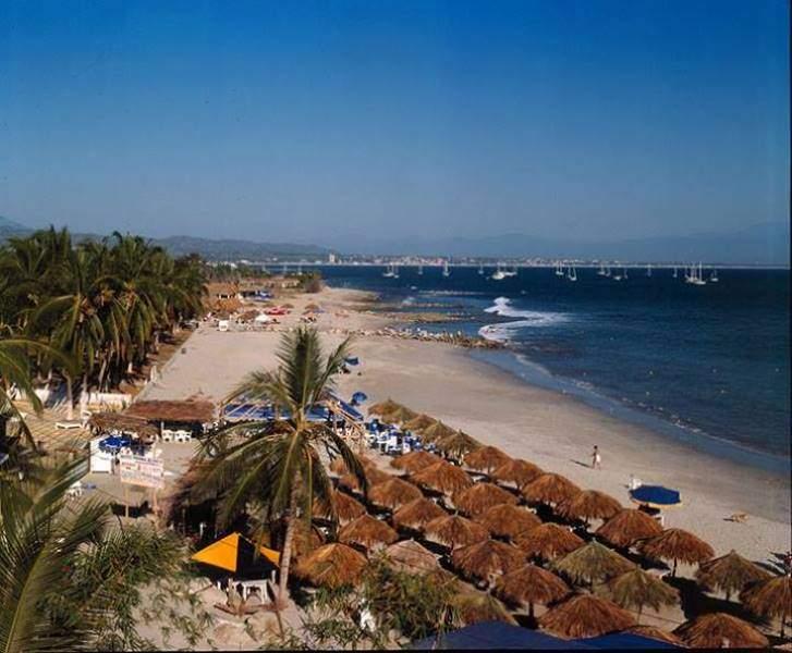 Palapas a la orilla de la playa en Cruz de Huanacaxtle