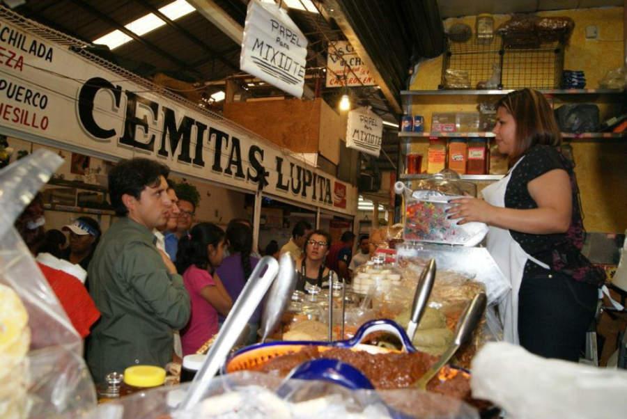 Interior del Mercado Cosme del Razo en la ciudad de Cholula, Puebla