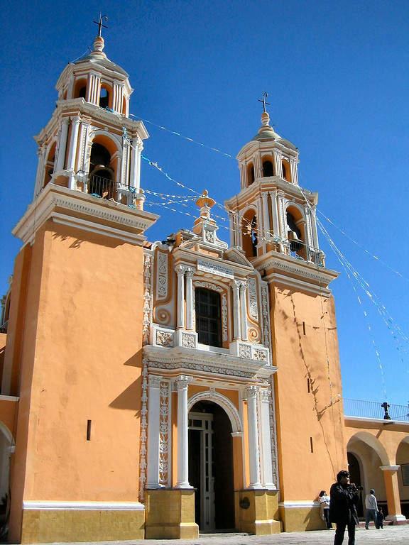 Fachada y entrada principal de la Iglesia de Nuestra Señora de los Remedios en Cholula
