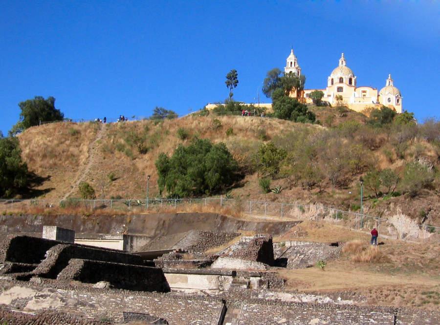 Junto a la Gran Pirámide de Cholula se encuentra un sitio arqueológico