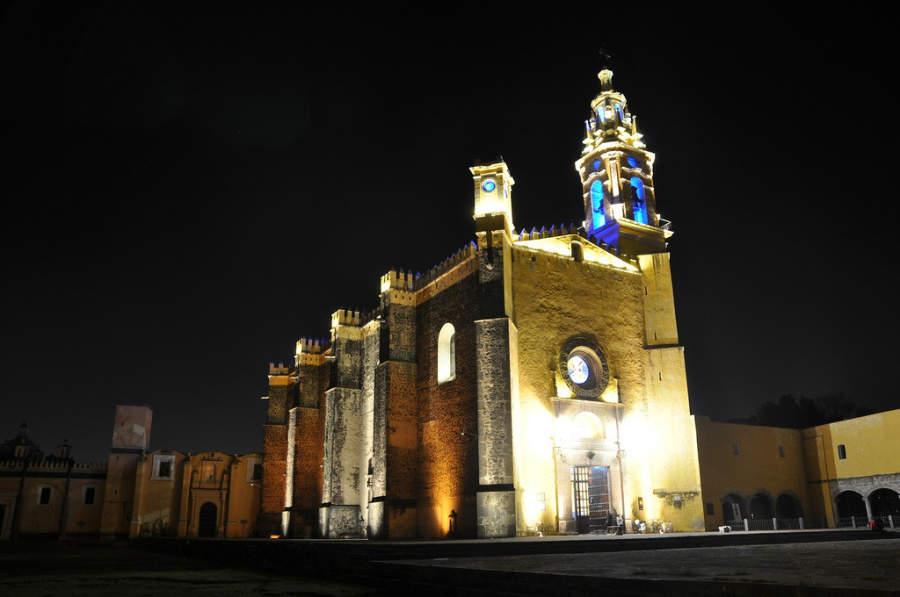 Vista nocturna del Convento Franciscano de San Gabriel Arcángel en San Andrés Cholula