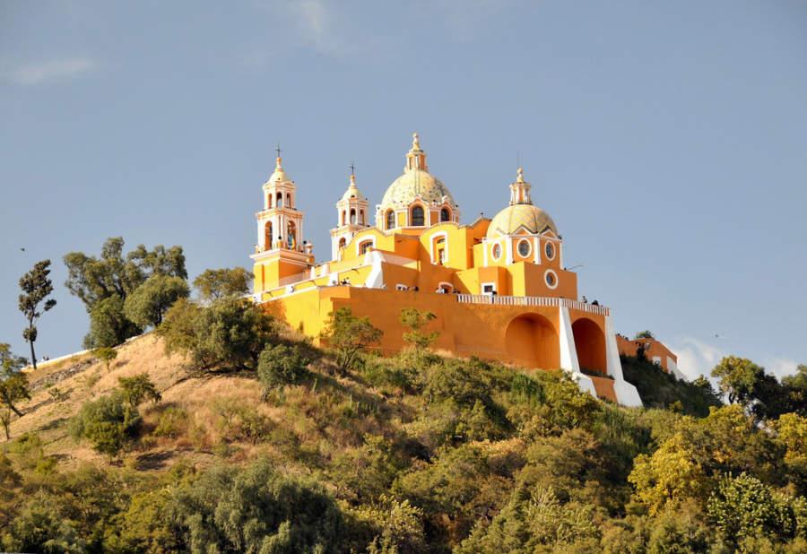 Iglesia de la Virgen de los Remedios en la cima de la famosa Gran Pirámide de Cholula