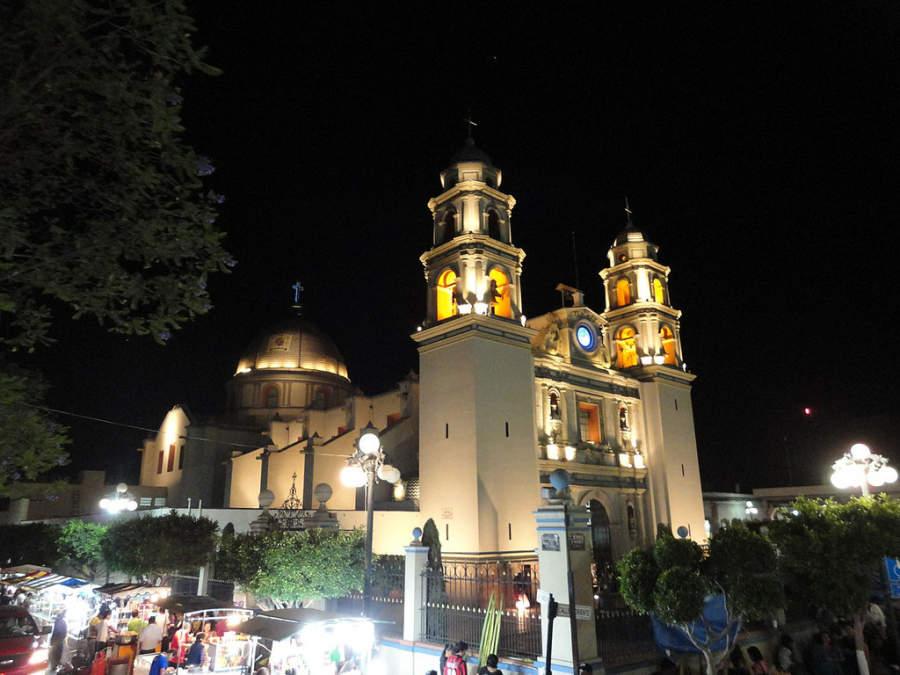Vista nocturna de la Catedral de Tehuacán en Puebla