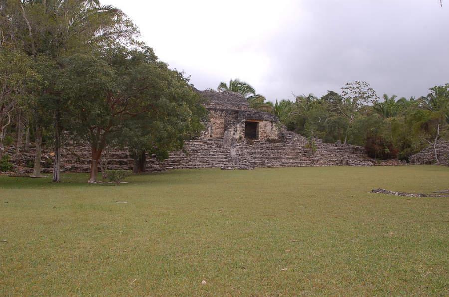 Las edificaciones en Kohunlich tienen una leve inclinación con el fin de captar el agua de lluvia