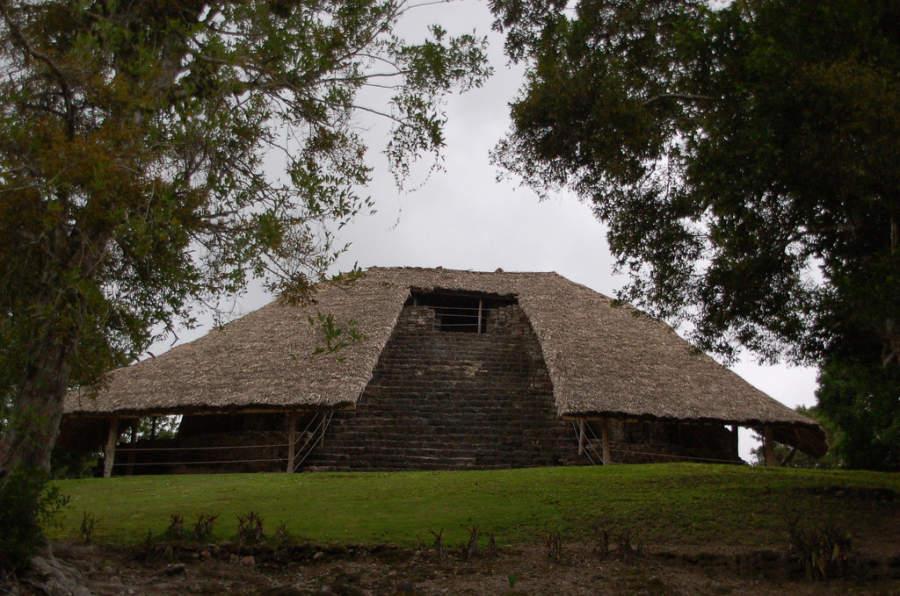 La edificación más sobresaliente en Kohunlich es el Templo de los Mascarones