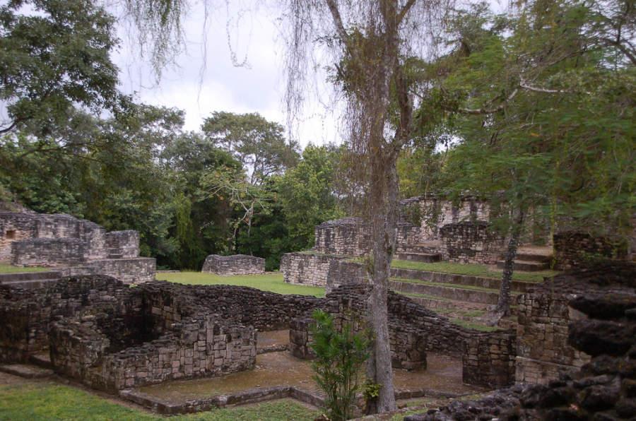 Dentro de Kohunlich se encuentra la Acrópolis, un antiguo complejo habitacional