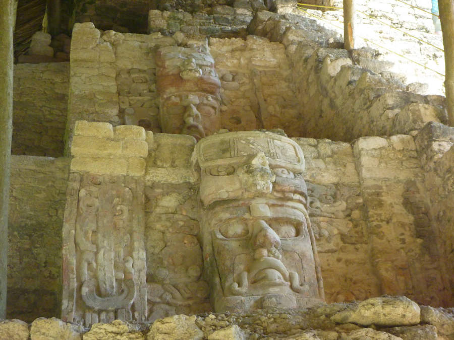 El Templo de los Mascarones en Kohunlich conserva un poco de la pintura que lo teñía originalmente