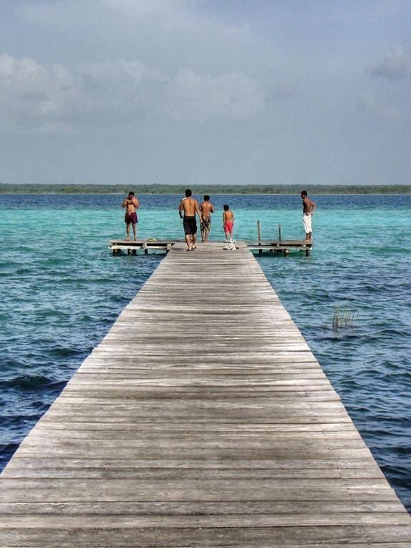 La laguna de Bacalar también es conocida como la laguna de los siete colores