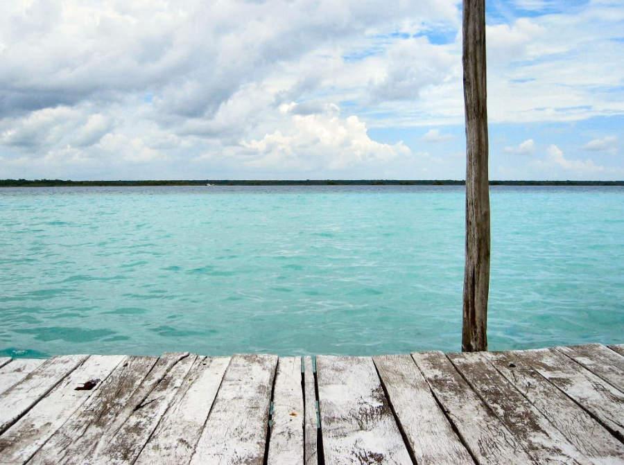 Por la tranquilidad de sus aguas, la laguna de Bacalar es ideal para nadar