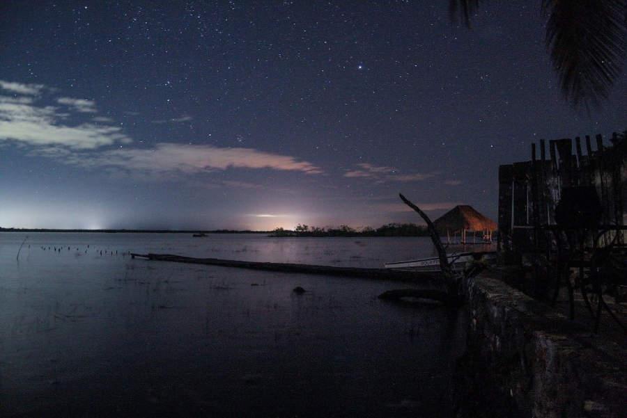 Sé testigo de un gran espectáculo al caer la noche sobre la laguna de Bacalar