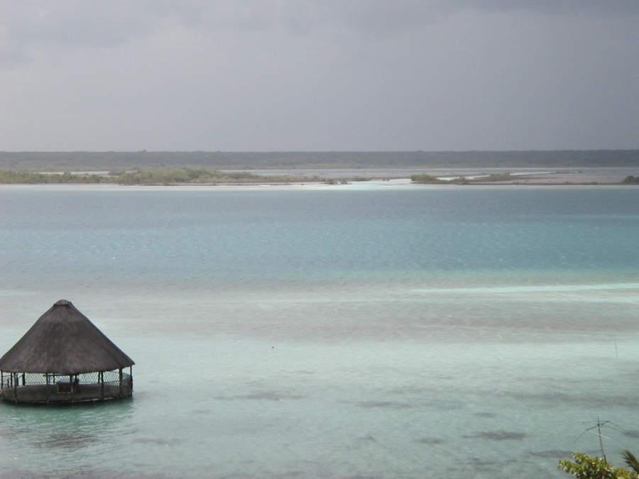 La poca profundidad de la laguna de Bacalar permite bucear de forma muy segura