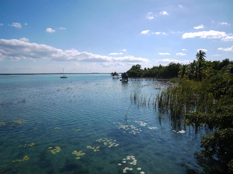 Puedes navegar por los alrededores de la laguna de Bacalar en bote