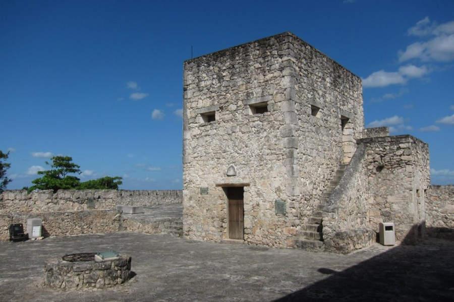 Junto a la laguna de los siete colores se localiza el Fuerte de San Felipe