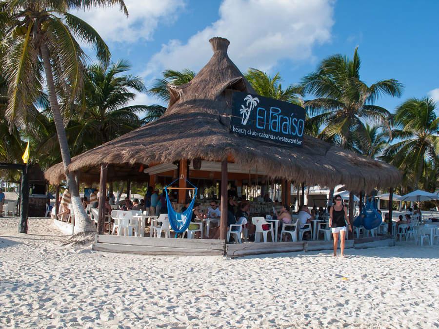 Restaurante a la orilla del mar en Playa Paraíso