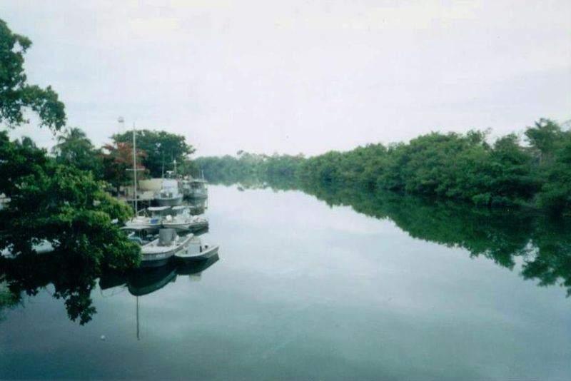 El río Hondo divide la frontera entre México y Belice